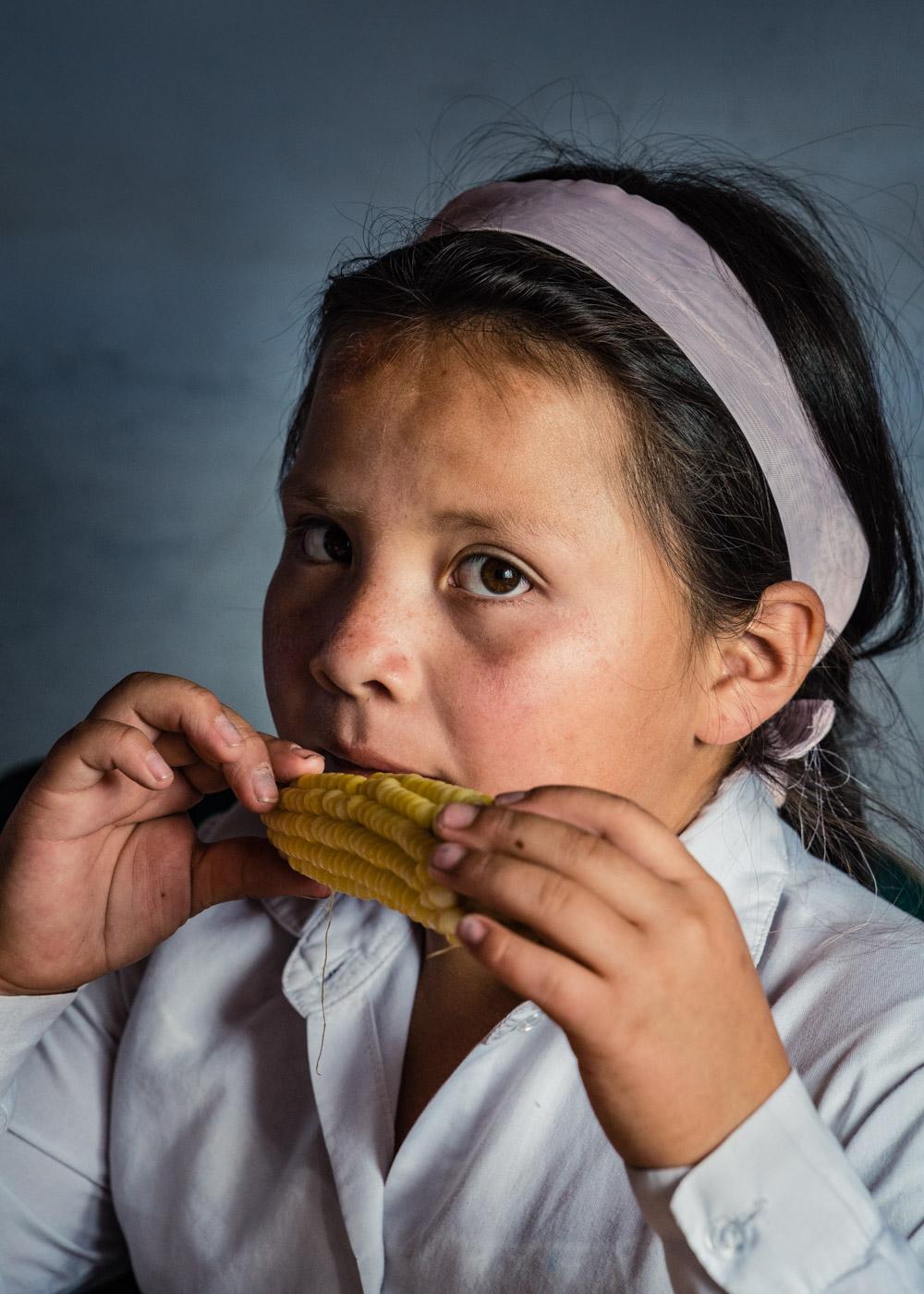 옥수수 먹는 소녀